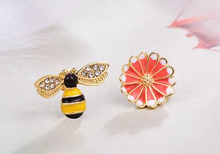 甜美小蜜蜂雛菊不對稱 耳針/黏式耳環