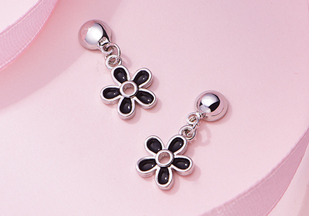 優雅黑色雛菊花朵 耳針/黏式耳環