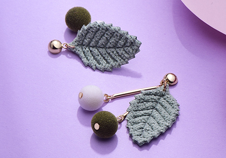 森系針織樹葉絨球不對稱 耳針/黏式耳環