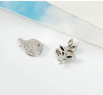 小雞與嫩葉不對稱黏貼式耳環