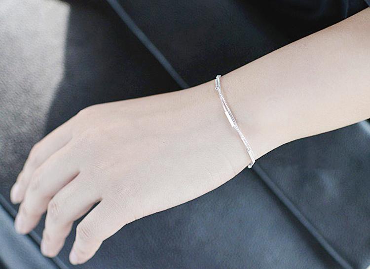 模特兒配戴展示: 雙層條型圓棍合金手鍊