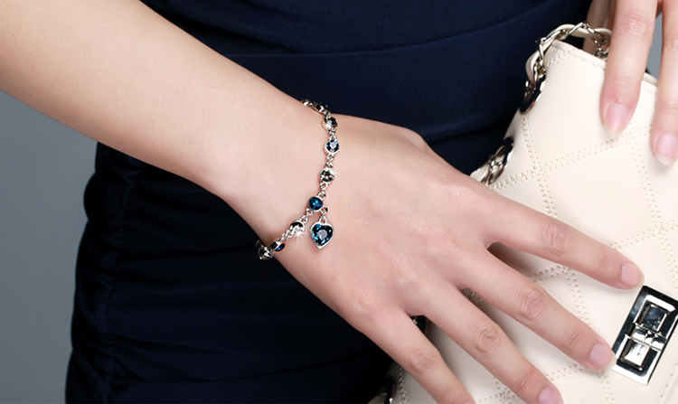 模特兒配戴展示: 璀璨十二星座冰湖藍奧地利水晶手鍊
