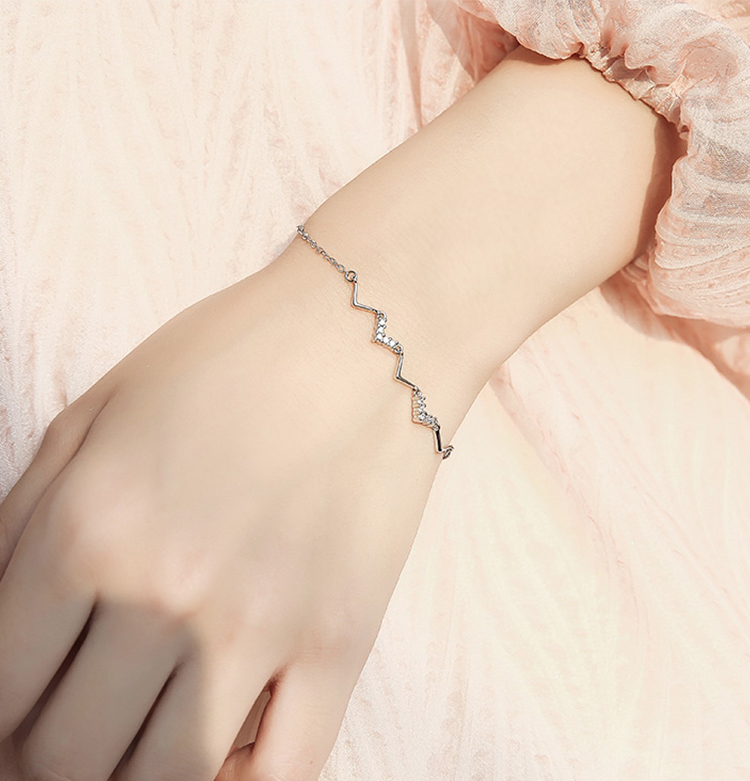 模特兒配戴展示: 清新文藝心動頻率碎鑽手鍊