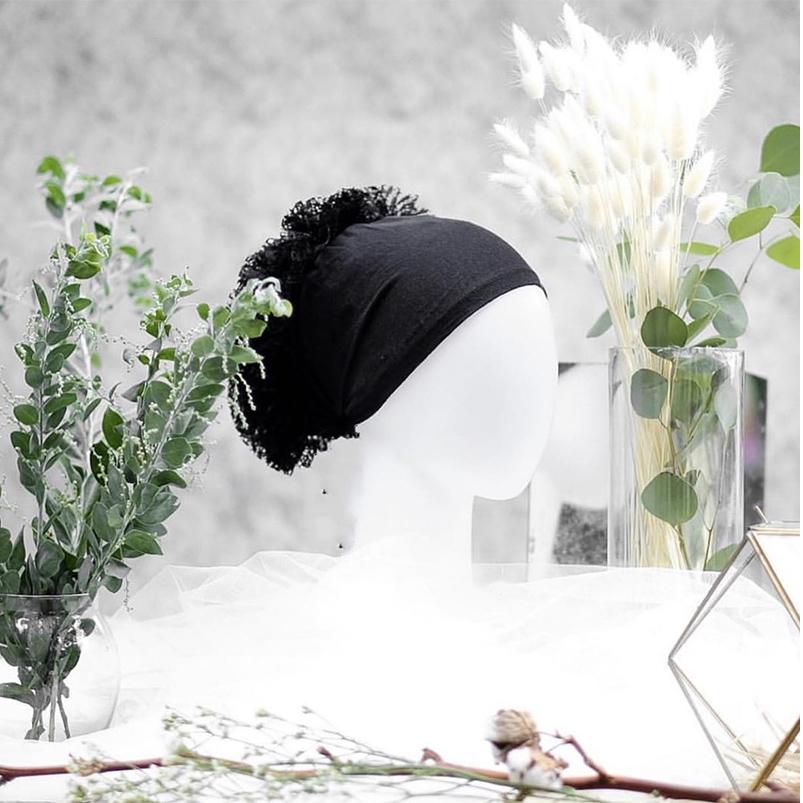 穆斯林蕾絲花朵便捷打底帽,桌上展示。
