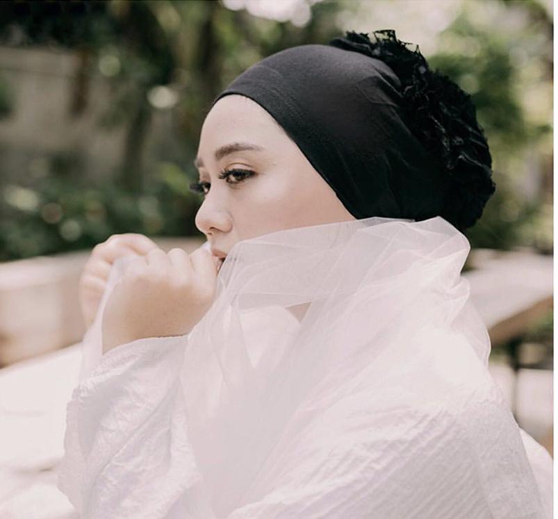 模特兒配戴展示:純棉打造,優雅蕾絲花朵點綴,舒適透氣,便捷實用。。