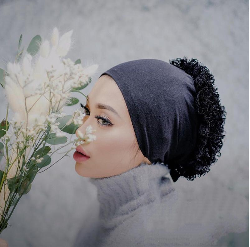 模特兒配戴展示:純棉打造,優雅蕾絲花朵點綴,舒適透氣,便捷實用。