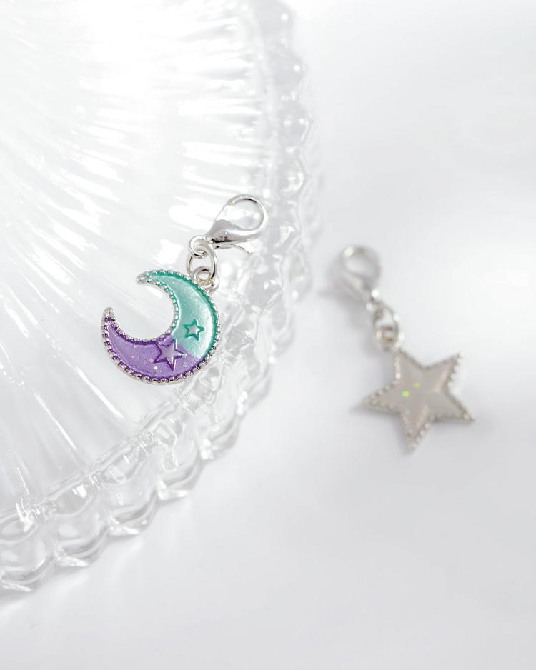 日系魔幻童趣星星月亮口罩吊飾 場景展示