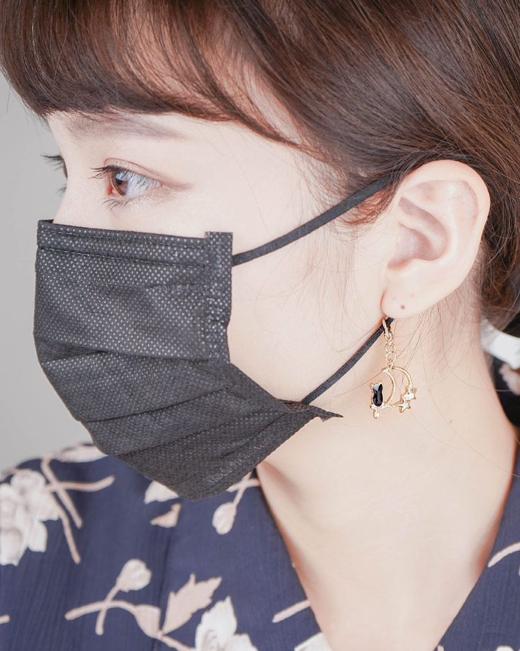 可愛星月黑貓口罩吊飾 模特兒展示