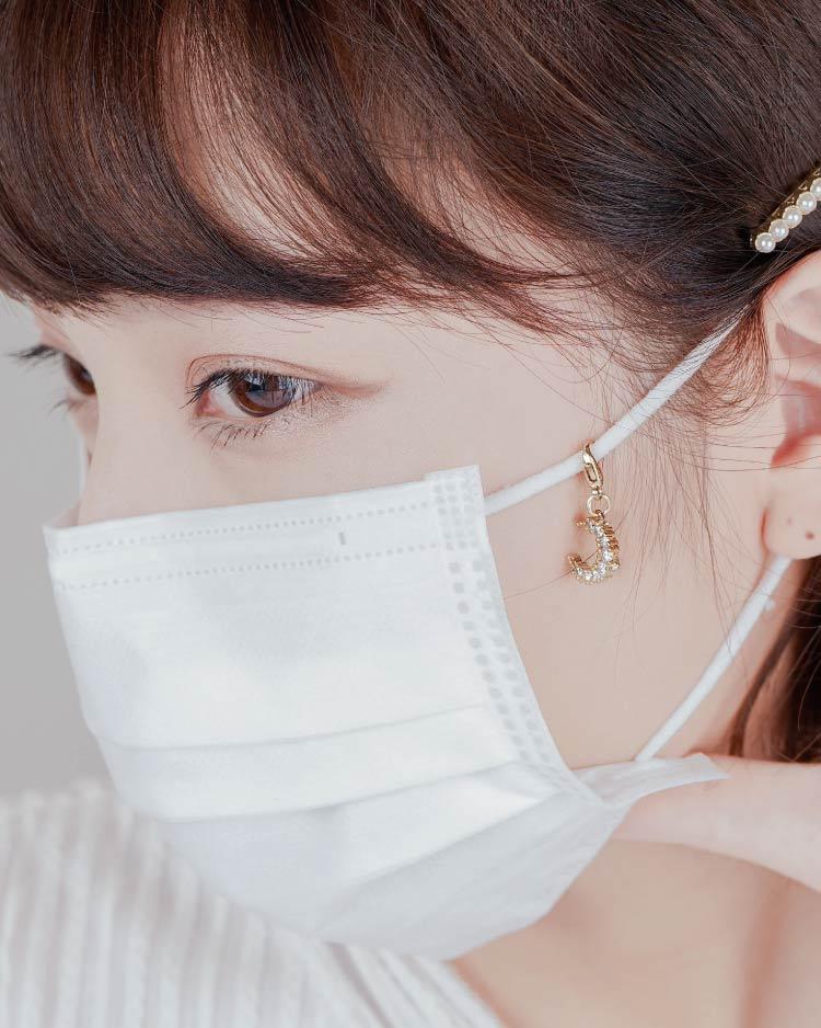 耀眼鑲鑽月亮口罩吊飾 模特兒展示