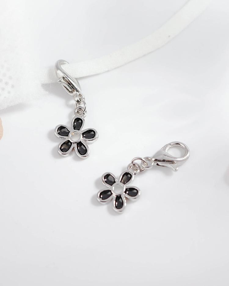 優雅黑色雛菊花朵口罩吊飾 場景展示