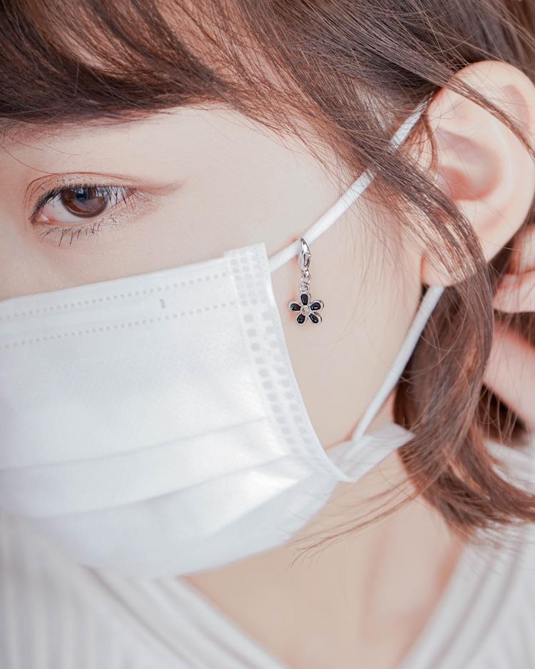 優雅黑色雛菊花朵口罩吊飾 模特兒展示