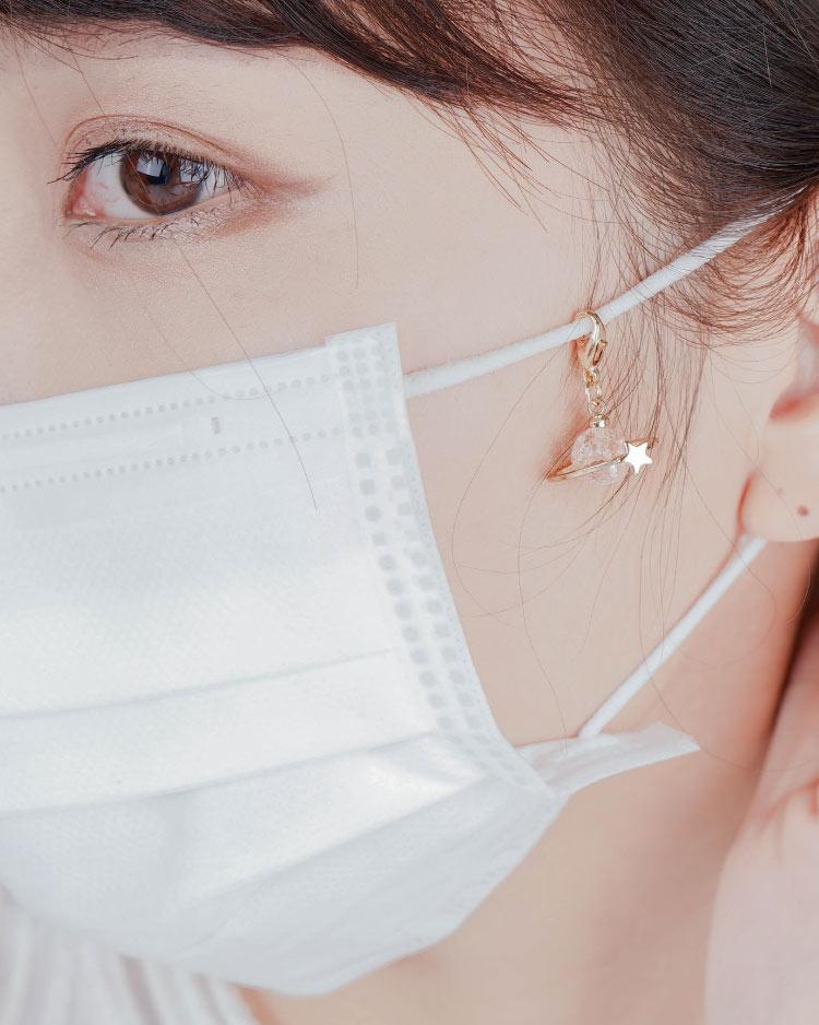 粉嫩星星宇宙不對稱口罩吊飾 模特兒展示
