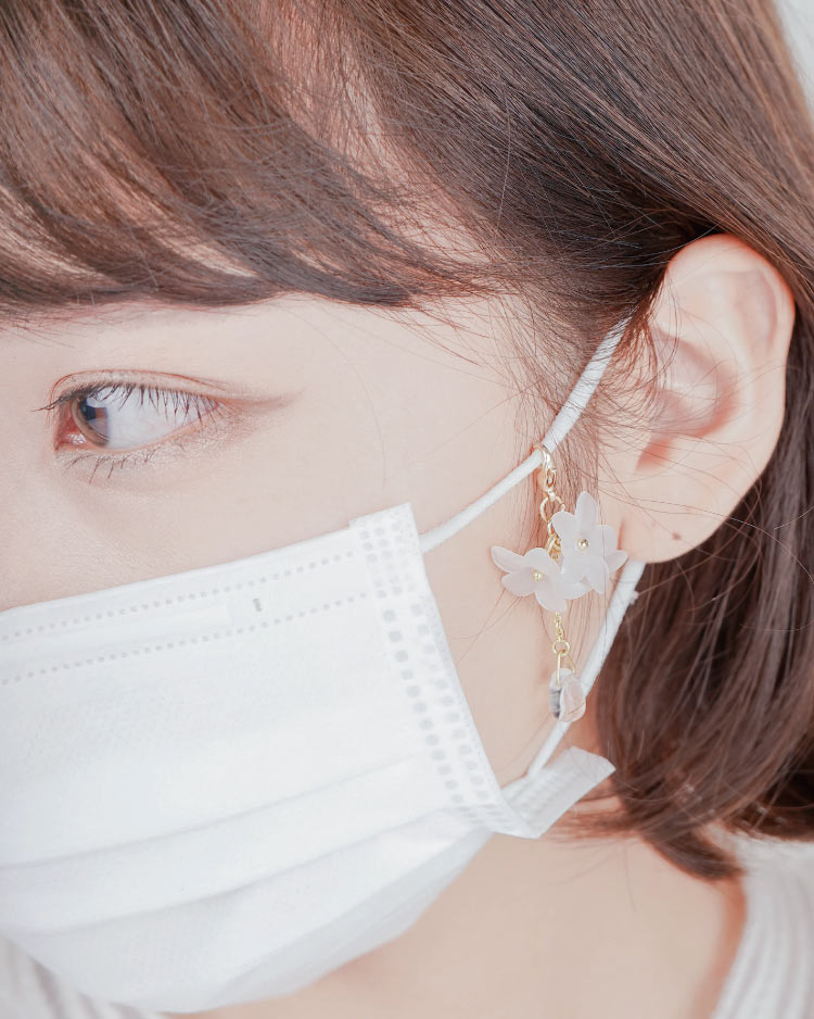 清新優雅立體小雛菊口罩吊飾 模特兒展示