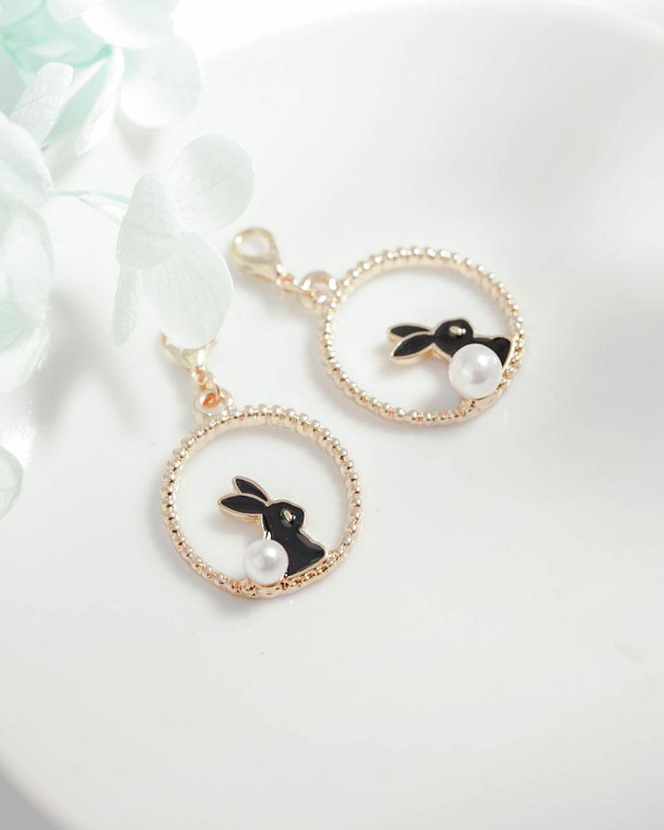 甜美可愛黑白小兔口罩吊飾 場景展示