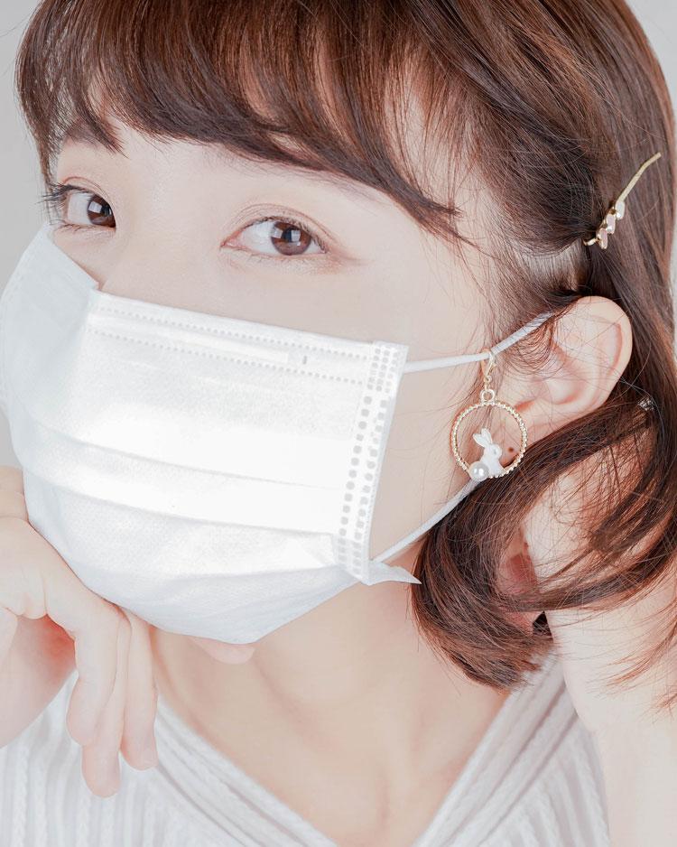 甜美可愛黑白小兔口罩吊飾 模特兒展示
