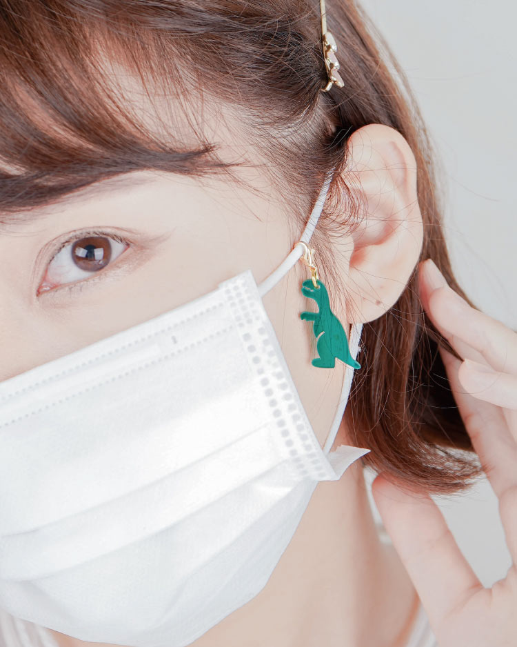搞怪壓克力恐龍口罩吊飾 模特兒展示