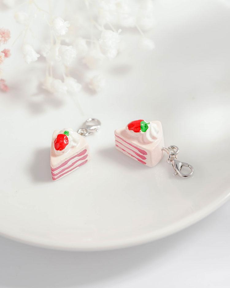 粉嫩草莓奶油蛋糕口罩吊飾 場景展示