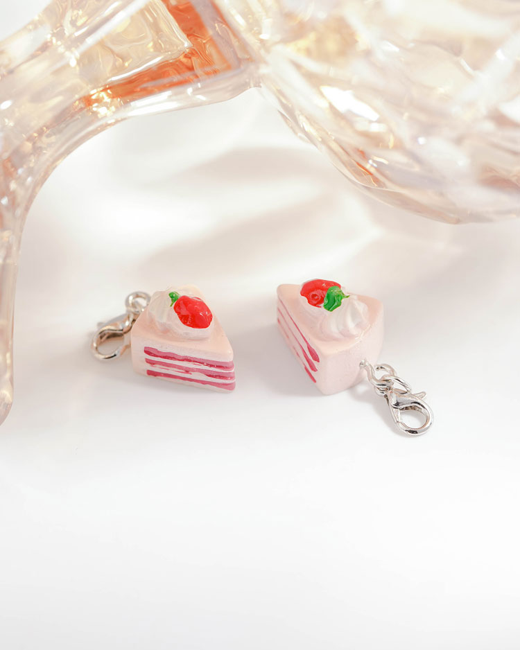 粉嫩草莓奶油蛋糕口罩吊飾 模特兒展示