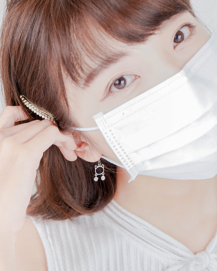 清新簍空貓咪腳印口罩吊飾 模特兒展示