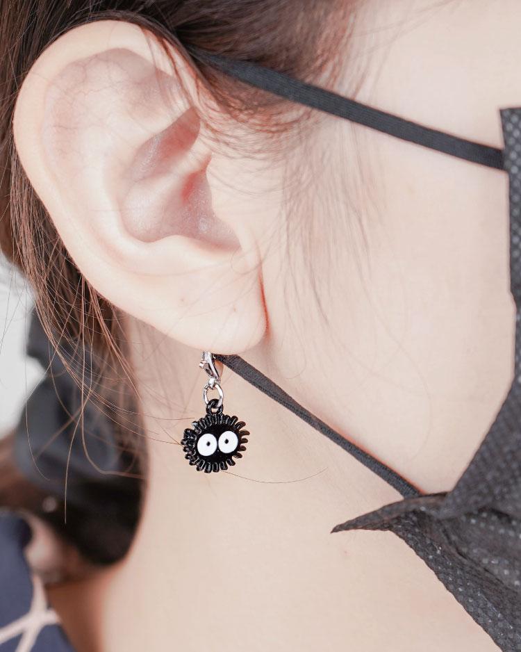 可愛卡通小黑炭口罩吊飾 模特兒展示
