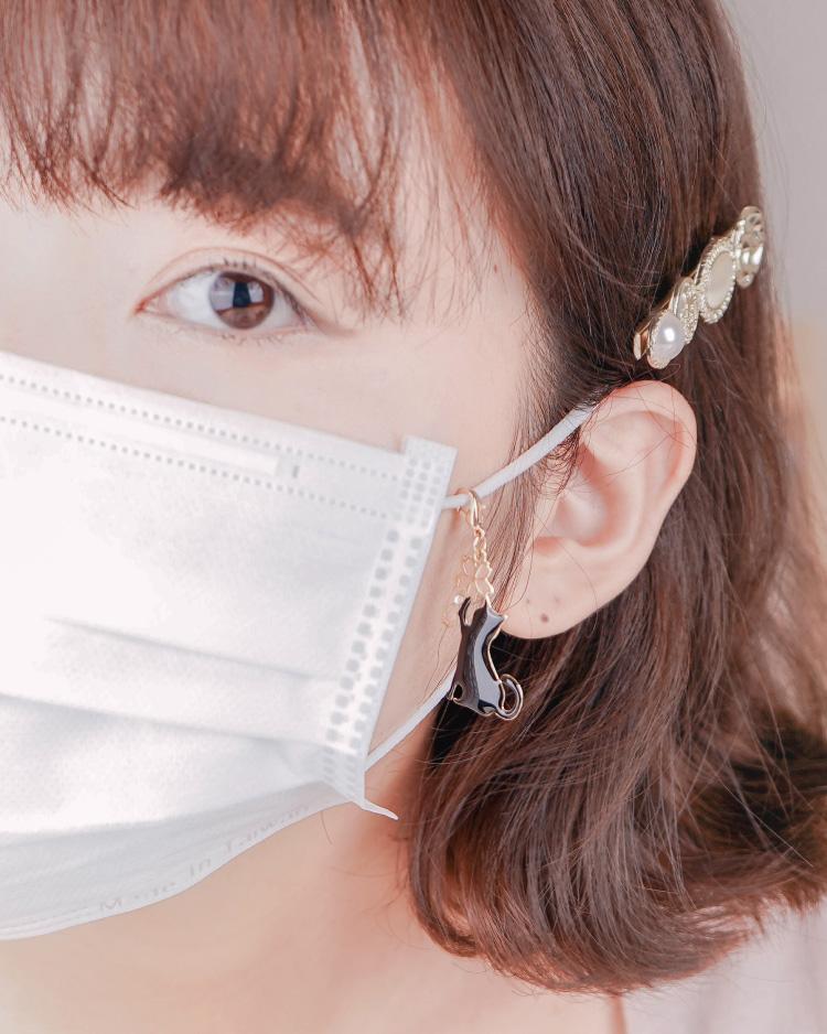 不對稱櫻花貓咪口罩吊飾 模特兒展示