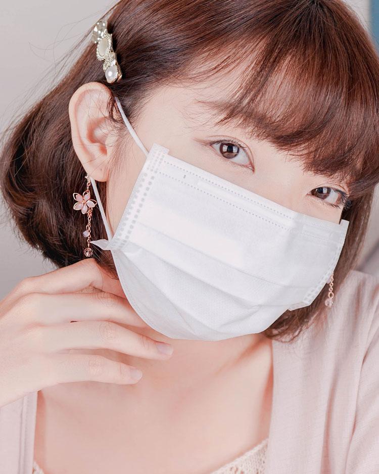清透粉嫩雙層櫻花口罩吊飾 模特兒展示