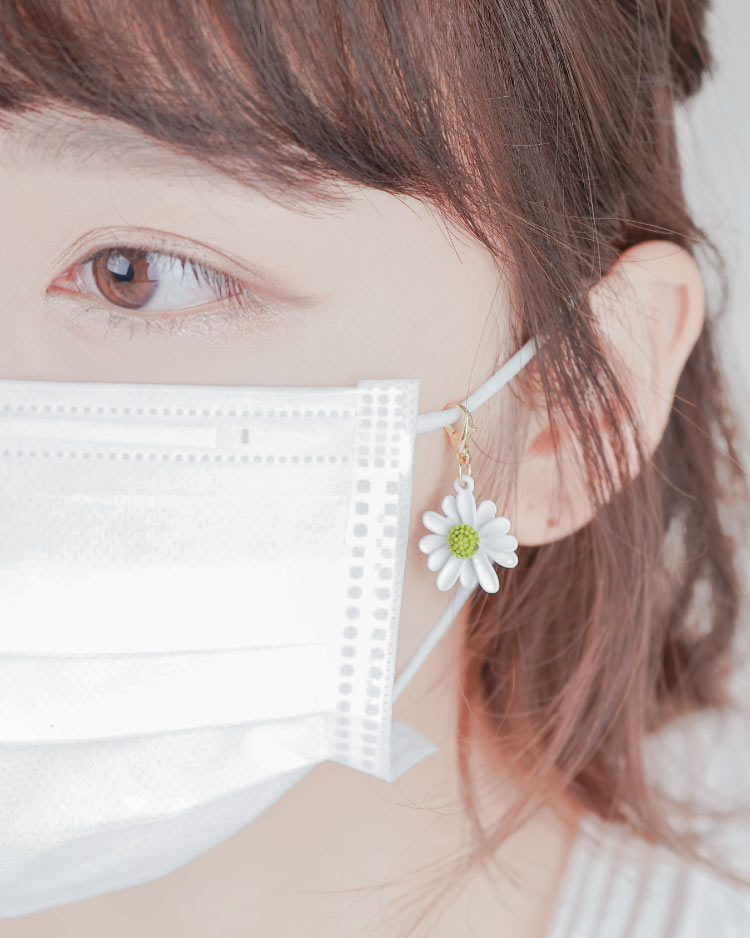 個性不對稱小雛菊口罩吊飾 模特兒展示