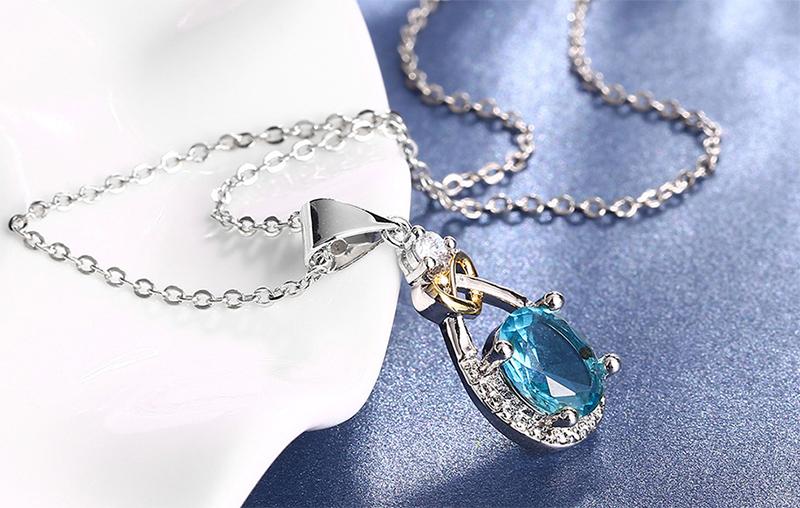 蔚藍之心水滴亮鑽合金項鍊,桌上展示。