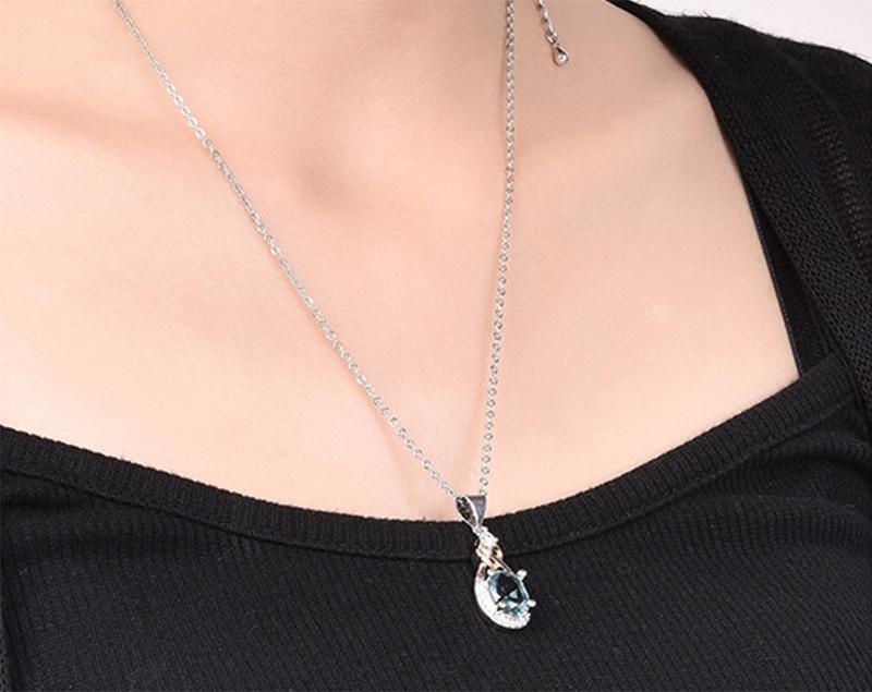 模特兒配戴展示:耀眼清透的淡藍色,特殊愛心交錯設計,鑽石鑲嵌的點綴,優雅時尚。