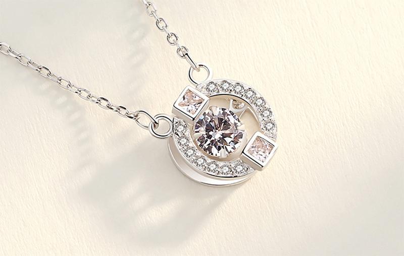 舞動簡約圓環鑲鑽合金項鍊,桌上展示。
