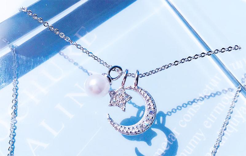 甜美星月珍珠合金項鍊,桌上展示。