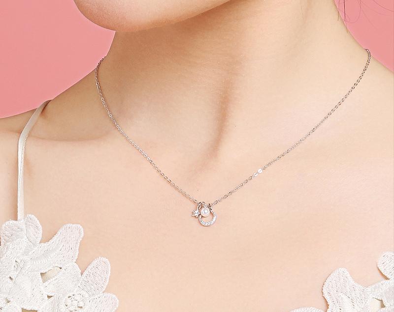 模特兒配戴展示:甜美動人,星月搭配亮白珍珠,展現優雅迷人的氣質。
