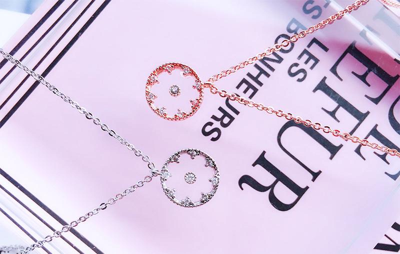 韓版氣質懸浮鑲鑽合金項鍊,桌上展示。