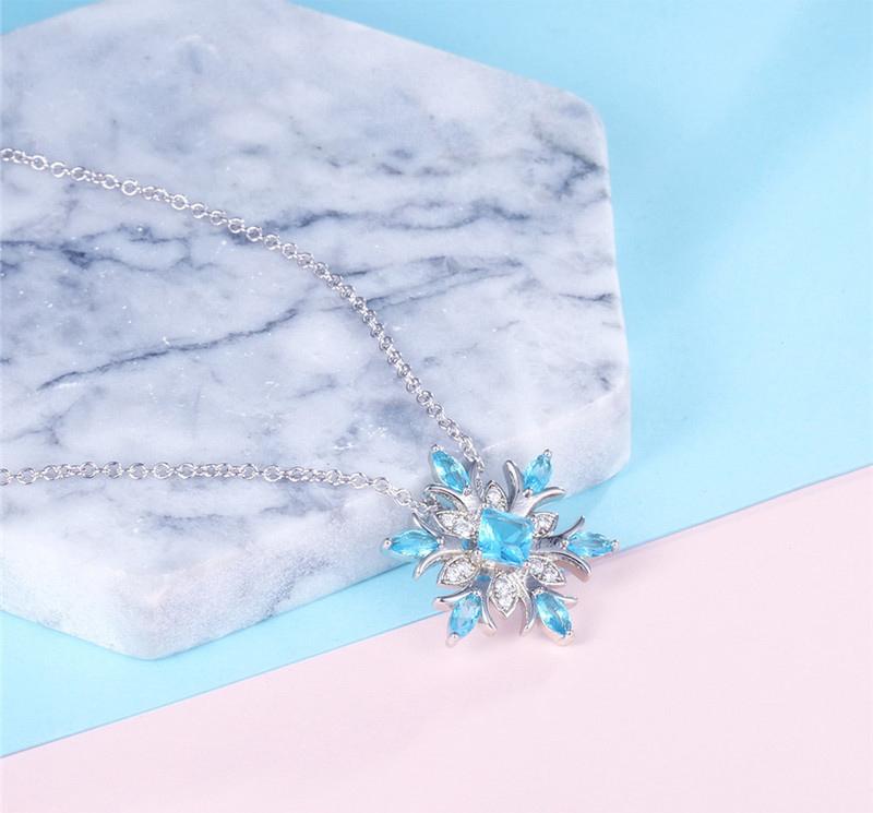 冷豔冰藍雪花合金項鍊,桌上展示。