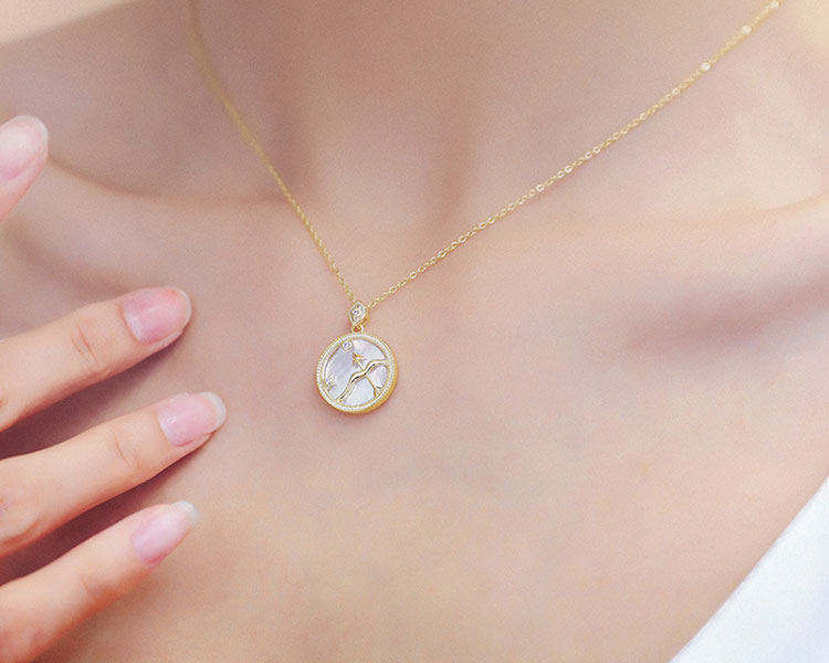 模特兒配戴展示: 微光漾彩珠母貝十二星座項鍊