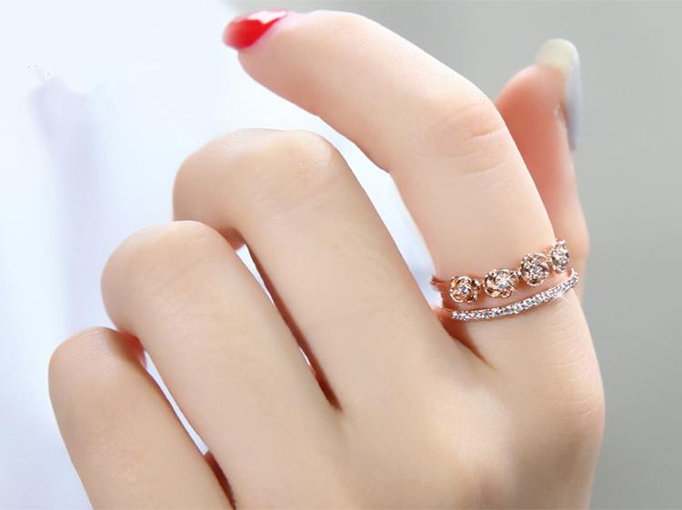 模特兒配戴展示: 雙層玫瑰花鑲鑽開口戒指
