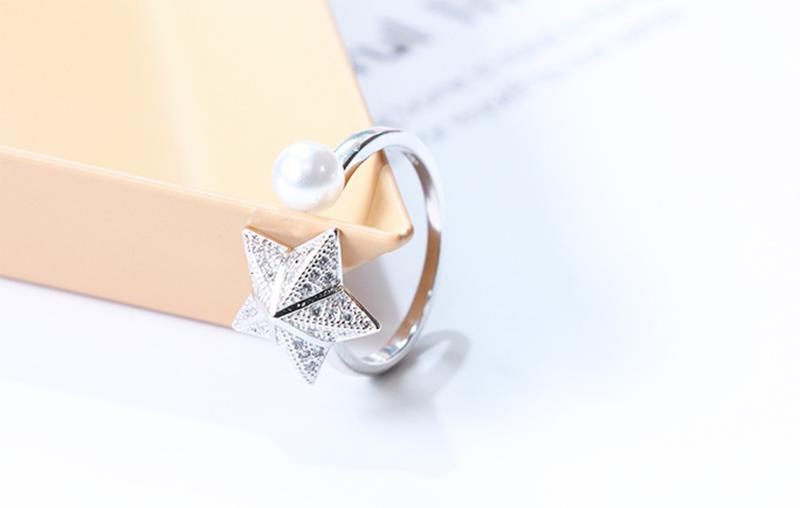 旋轉珍珠傘形海星指環,桌上展示。