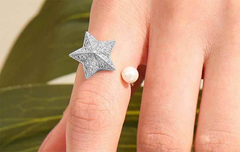 模特兒配戴展示:可選轉傘形海星設計,立體有型,搭配節白珍珠點綴,氣質時尚。
