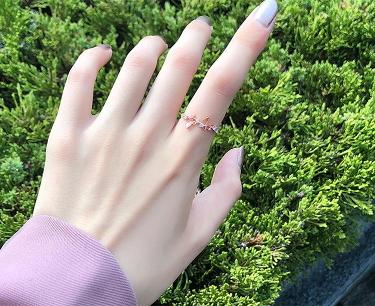 模特兒配戴展示: 舞動蝴蝶花園開口戒指