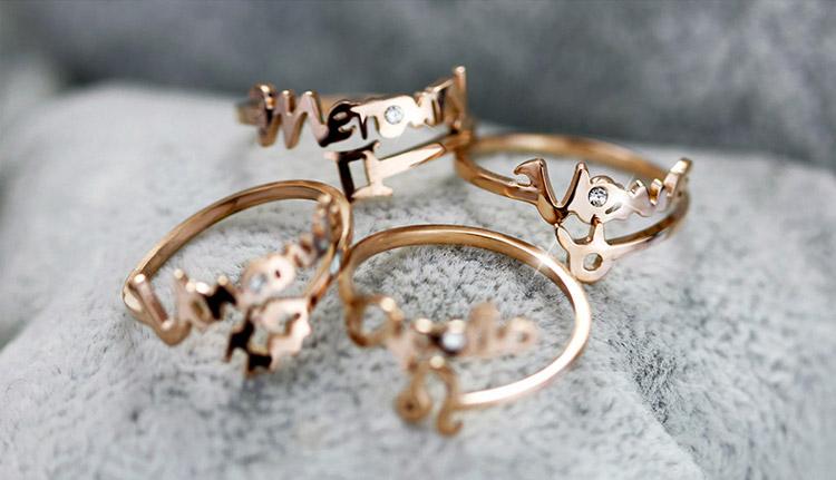 十二星座玫瑰金開口戒指,桌上展示。