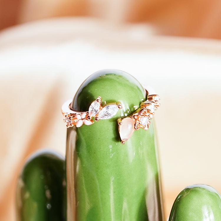 模特兒配戴展示: 輕甜浪漫鑲鑽小花開口戒指