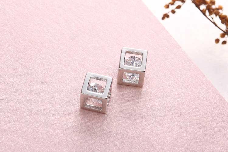 愛情魔幻幾何方形鋯鑽 耳針/黏式耳環,桌上展示。