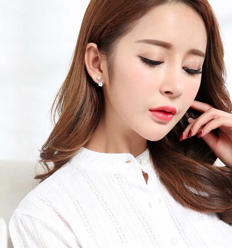 模特兒配戴展示:經典雙生六角型設計,使用璀璨的鋯鑽以及創新黏貼式耳環設計,不僅閃亮動人且輕鬆零負擔。不用穿耳洞也可以免除長時間配戴耳夾/夾式耳環的不舒適感。