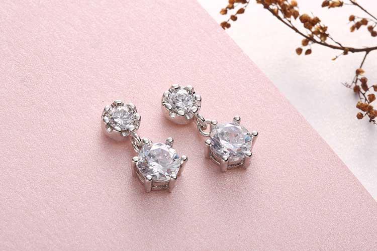 雙生六角花型鋯鑽 耳針/黏式耳環,桌上展示