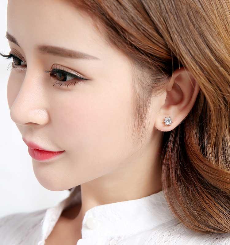 模特兒配戴展示:時尚簡約的六爪設計,高品質鋯鑽鑲嵌更添光彩,創新的貼式耳環設計讓您貼著就走。不用穿耳洞也可以免除長時間配戴耳夾/夾式耳環的不舒適感。