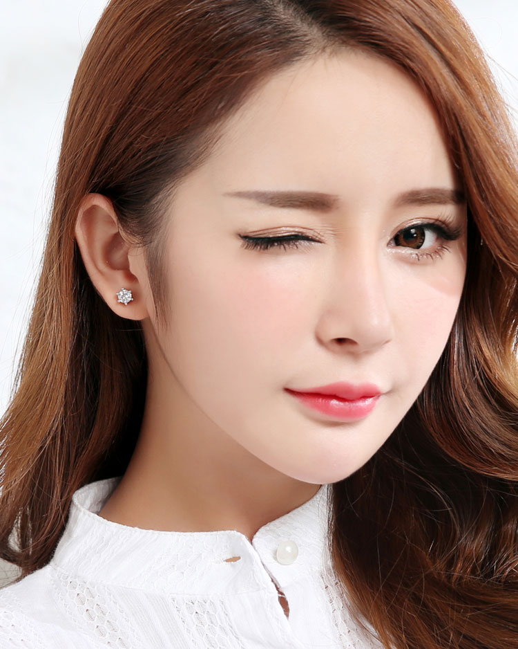 時尚簡約六爪鋯鑽 無耳洞黏貼式耳環 (7mm) 模特兒展示