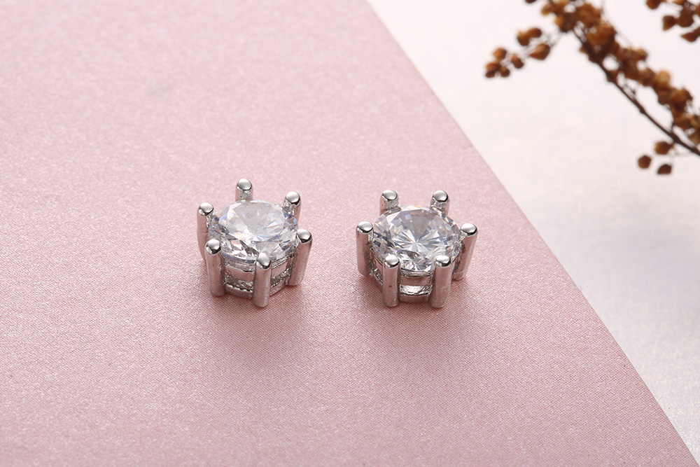 時尚簡約六爪鋯鑽黏式耳環 (7mm),桌上展示。