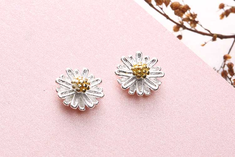 清新優雅小雛菊 耳針/黏式耳環,桌上展示。