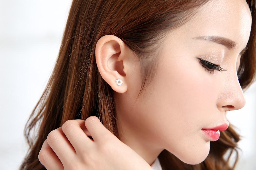 模特兒配戴展示:文藝小優雅的甜蜜首選,清新的設計充滿著活力的朝氣,輕鬆方便的創新黏貼式耳環,現在就讓可愛雛菊小花為您增添少女風采。不用穿耳洞也可以免除長時間配戴耳夾/夾式耳環的不舒服感。