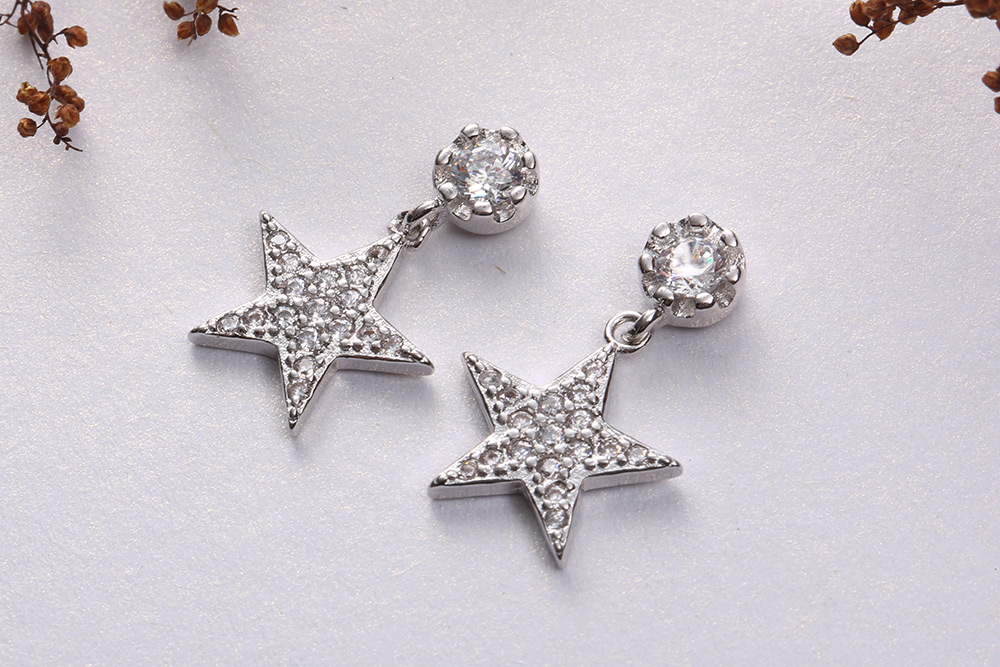 時尚個性五角星鋯鑽 耳針/黏式耳環,桌上展示。